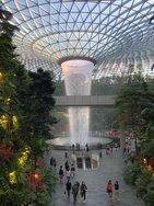 Den größte Indoor Wasserfall gibt es am Changi Airport in Singapur