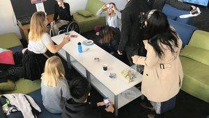 Spieleabend mit einigen Study Abroad Studenten in der Pool Lounge des Studentenwohnheims