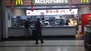 Wenn der McDonald's in Kanada schon bei der Ankunft Flagge trägt.